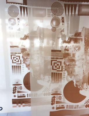 Anna Saint Pierre, 2019, impression textile à base de brique retraçant l'histoire du bâtiment des Petites Affiches
