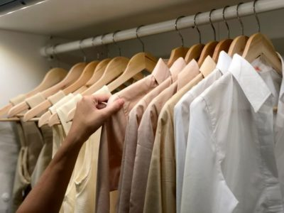 Visuel /Cropped Image Of Man Touching Clothes Hanging On Rack - Photos• Crédits : Khatawut Chaemchamras / EyeEm