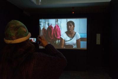 L'artisane Rosa Da Silva se prend elle-me en photo lors de l'exposition du projet à Buenos Aires. © Casa Nacional del Bicentenario, Argentina.